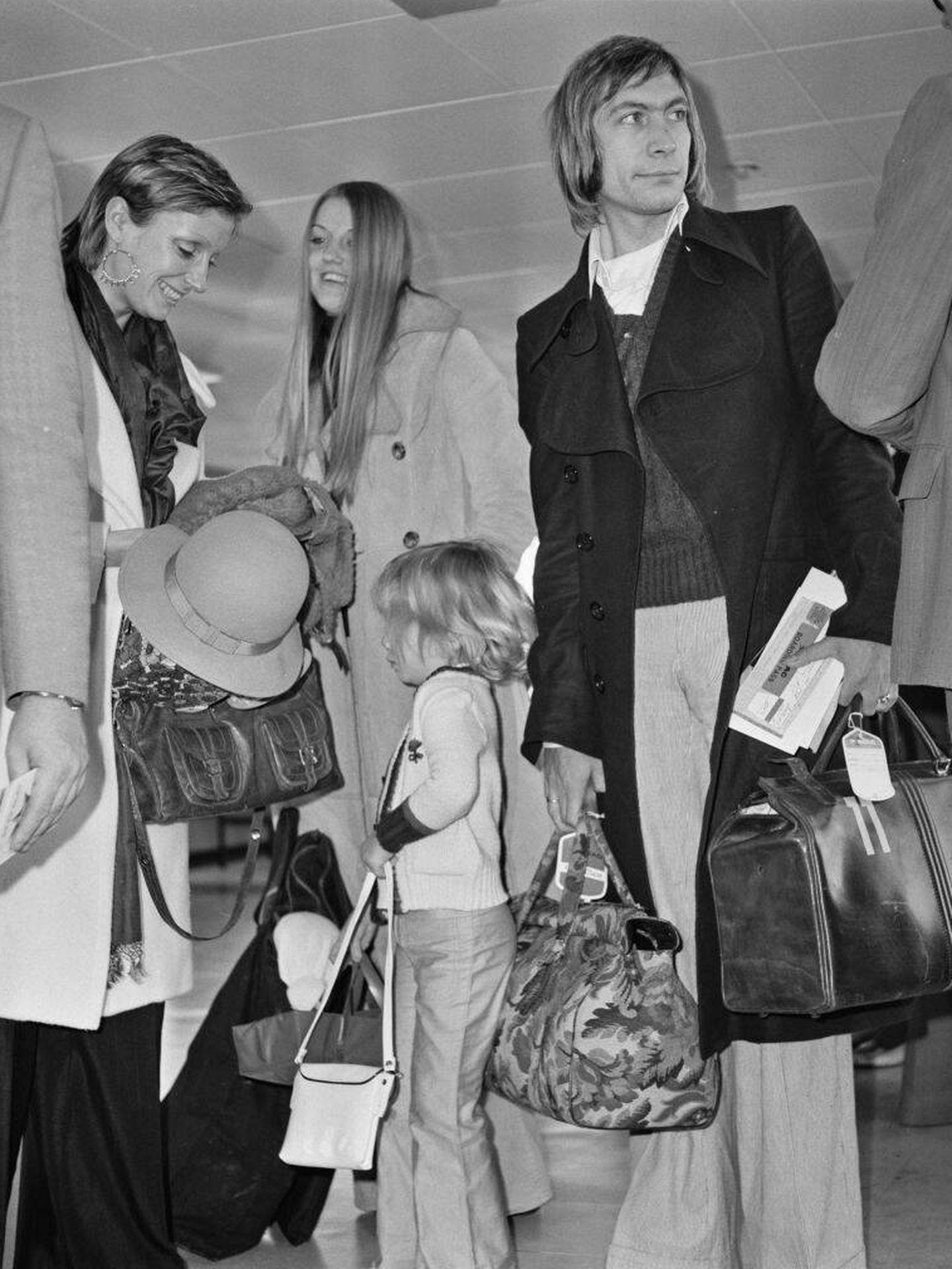 Charlie Watts, con su mujer y su hija en 1972. (Getty)