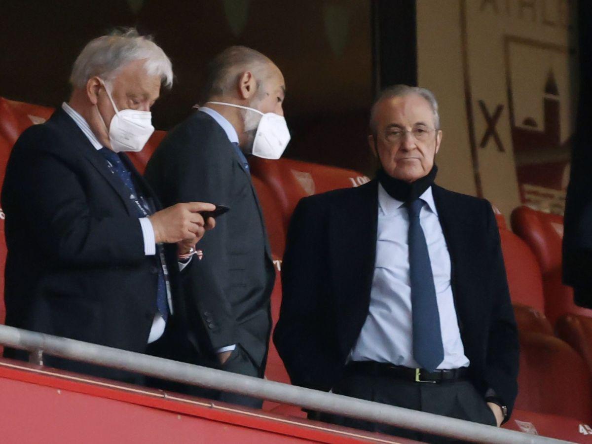 Foto: Aitor Elizegi, en el centro, con Florentino Pérez en San Mamés. (EFE)