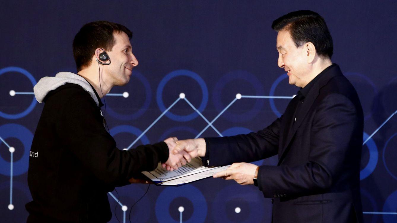 Foto: David Silver, cofundador de DeepMind e investigador del University College de Londres, y el presidente de la Asociación Korea Baduk, Hong Seok-Hyun. (EFE/Jeon Heon-Kyun)