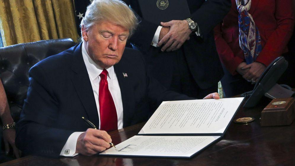 Foto: El presidente de Estados Unidos firma una orden ejecutiva en el Despacho Oval de la Casa Blanca. (EFE)