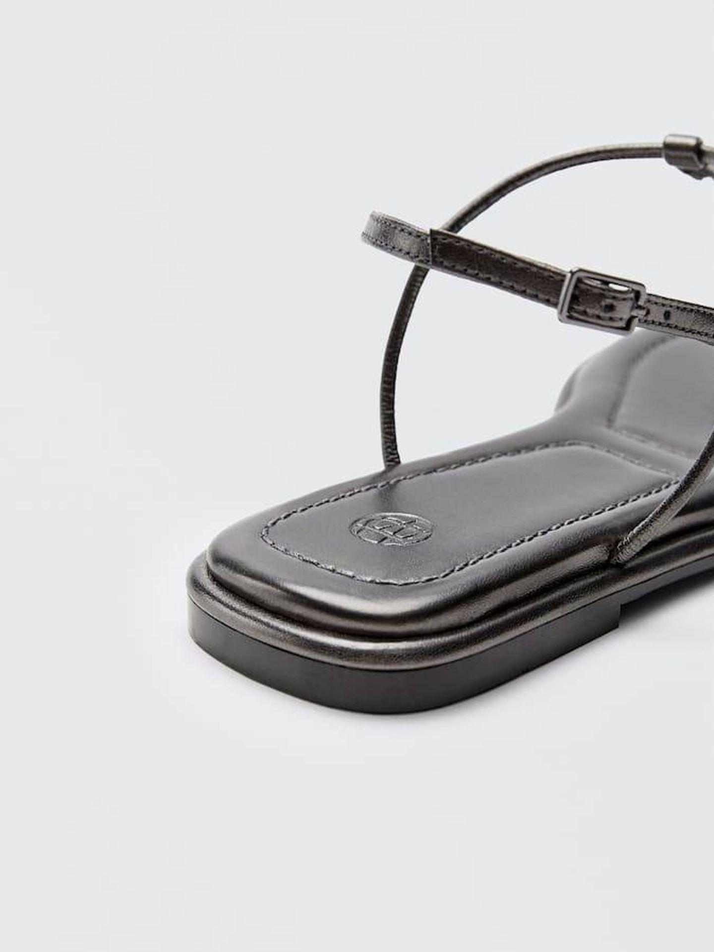 Sandalia plana de Massimo Dutti. (Cortesía)
