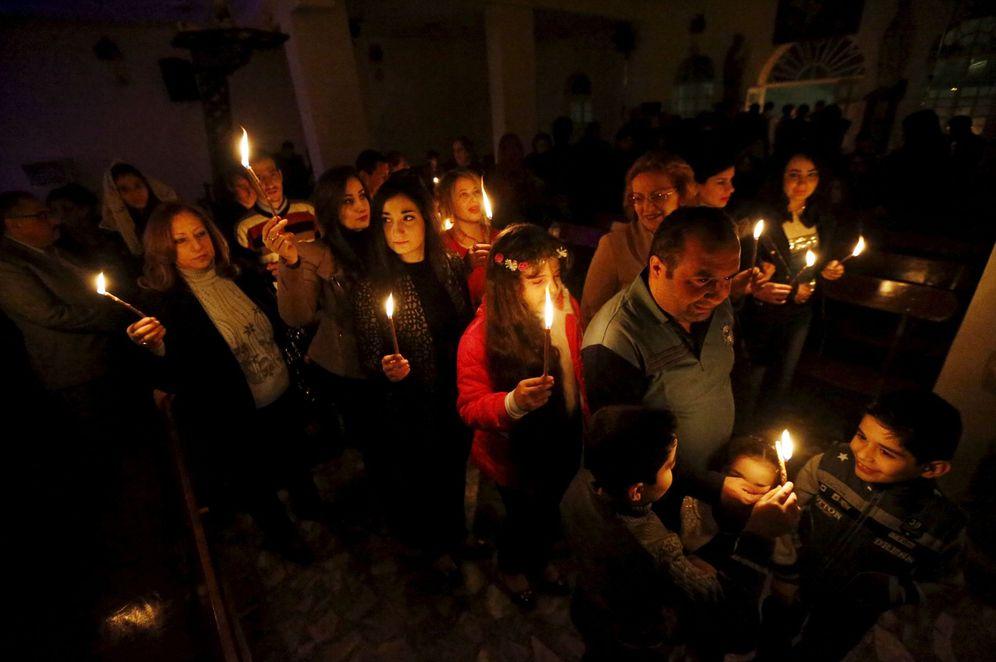 Foto: Cristianos iraquíes rezan durante una misa de Navidad en una iglesia de Bagdad, el 24 de diciembre de 2015 (Reuters).
