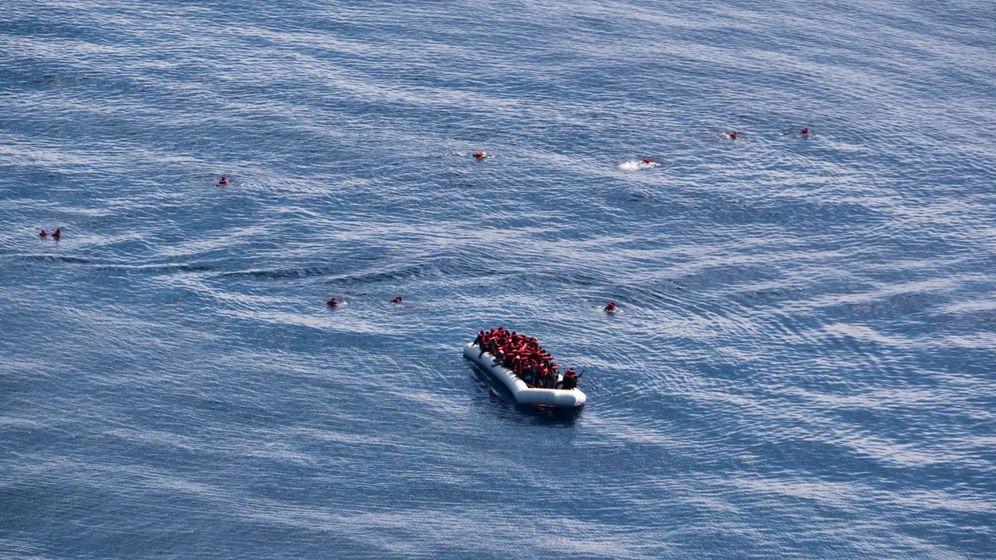 Foto: Un bote con inmigrantes rescatados en el Mediterráneo. (Reuters)