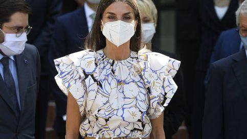 La reina Letizia, en modo verano on: nueva camisa de flores y alpargatas
