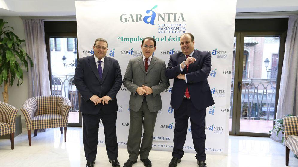 Foto: Cúpula de Garántia, con su presidente, Javier González de Lara, en el centro, en la sede de Sevilla. (Garántia)