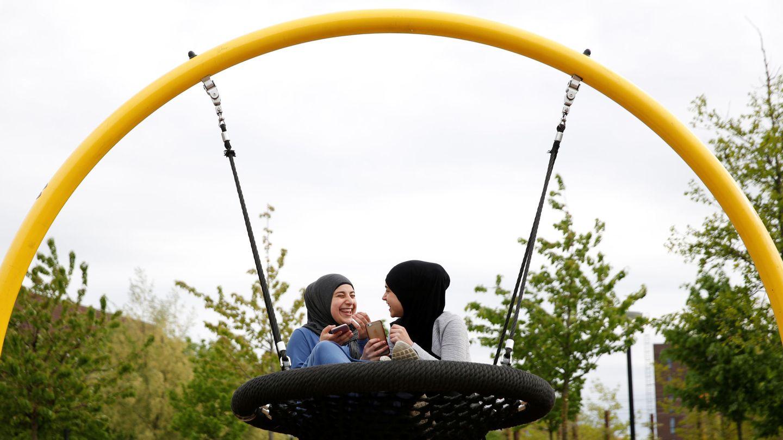 Dos jóvenes juegan en un parque en Mjølnerparken. (Reuters)