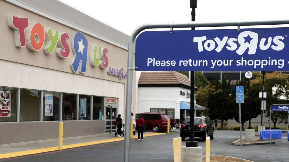 Foto: Compradores esperan a que se abra una tienda Toys 'R' Us. (EFE)