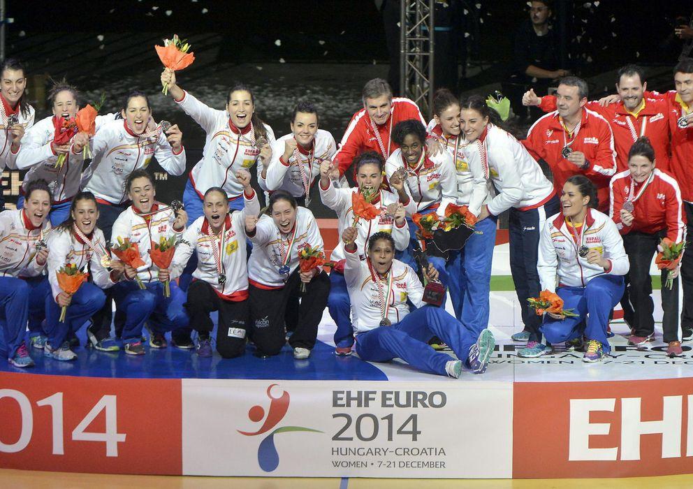 Foto: Las Guerreras celebran la medalla de plata lograda tras la final contra Noruega (Efe).
