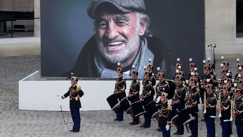 La banda de música interpreta una pieza mientras en la pantalla se ve el rostro del actor. (Reuters)