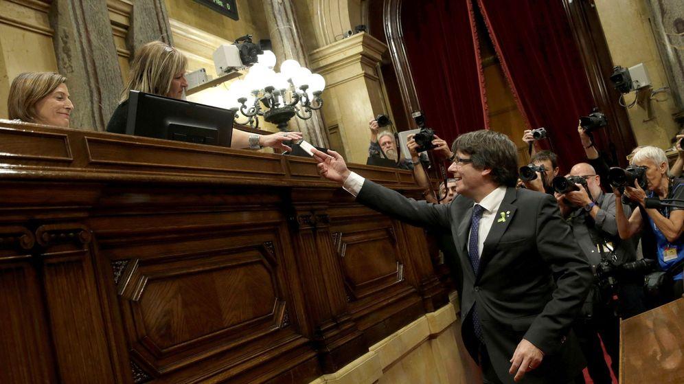 Foto: Carles Puigdemont vota en el pleno del Parlament que aprobó el 27 de octubre la declaración de independencia. (EFE)