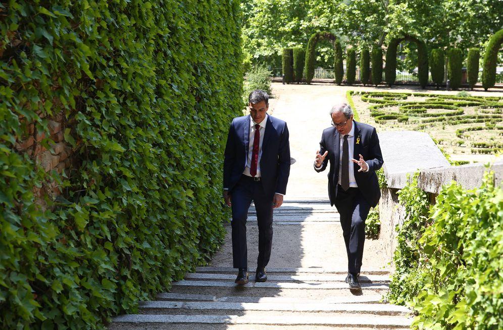 Foto: Pedro Sánchez y Quim Torra, durante un paseo por los jardines de La Moncloa tras su reunión, este 9 de julio. (EFE | POOL)
