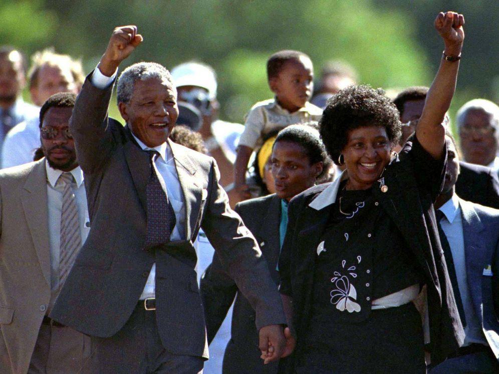 Foto: Nelson Mandela junto a su exmujer poco después de salir de prisión. (Reuters)