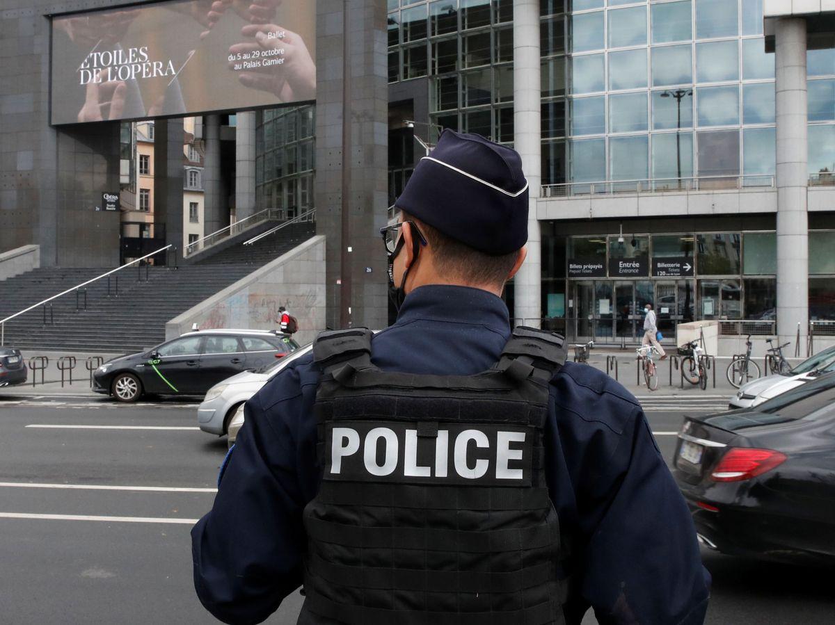 Foto: Una policía cerca de las antiguas oficinas de la revista 'Charlie Hebdo'. (EFE)
