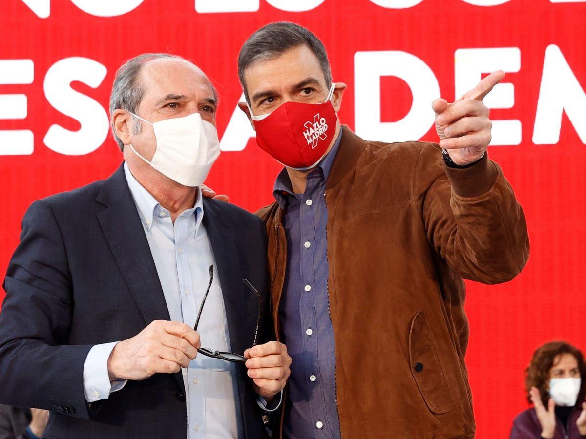 Foto: El secretario general del PSOE, Pedro Sánchez (d), y el candidato, Ángel Gabilondo. (EFE)