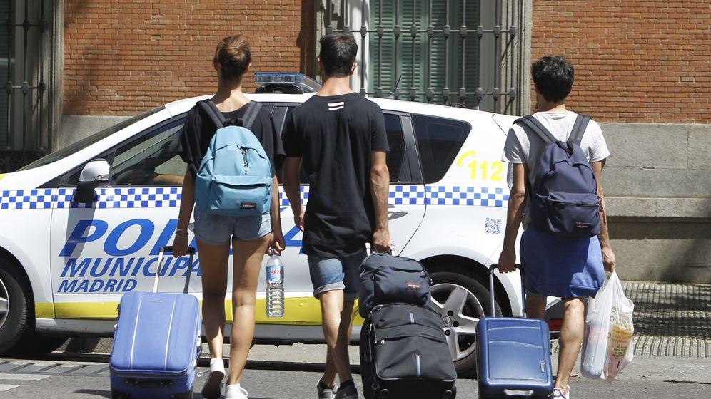 Foto: Varios turistas, con sus maletas en las calles de la capital. (EFE)