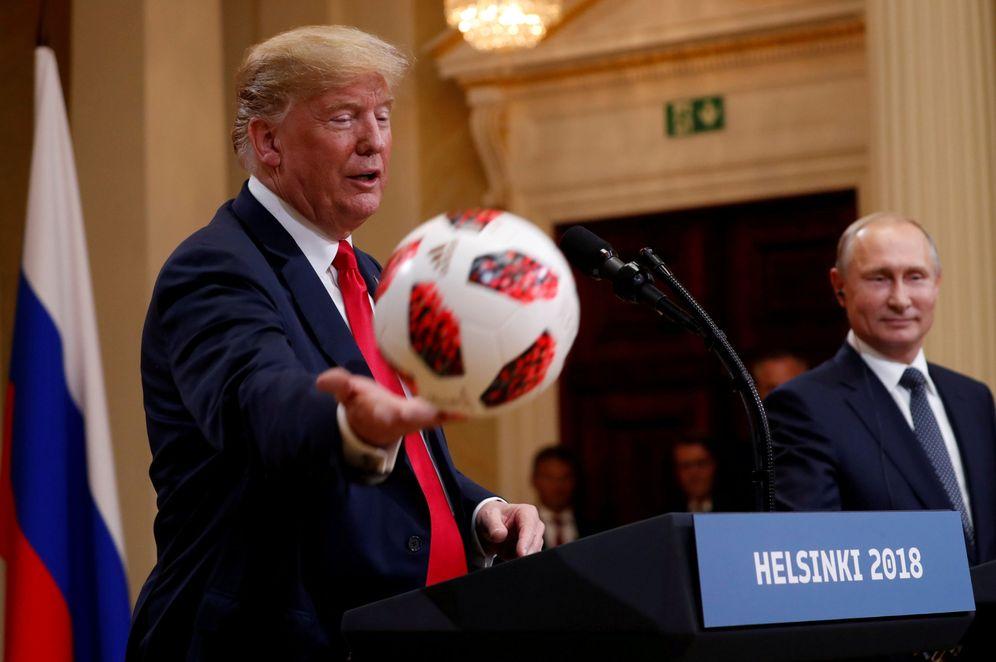 Foto: Donald Trump le lanza a su esposa Melania el balón regalado por Vladímir Putin. (Reuters)