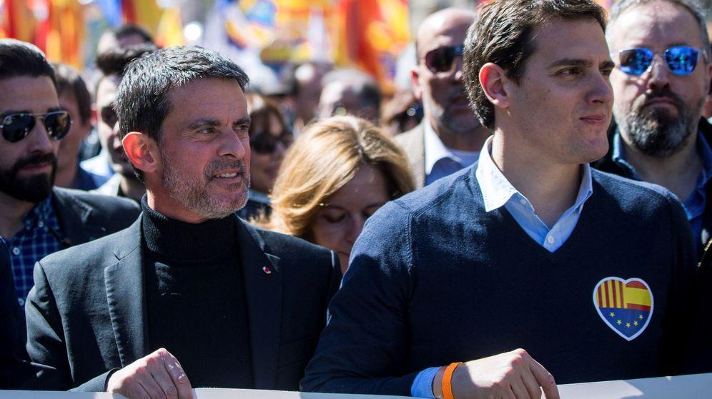Foto: El ex primer ministro socialista francés Manuel Valls (i) junto al presidente de Ciudadanos (Cs), Albert Rivera (d) durante la manifestación contraria a la independencia en Barcelona en marzo. (EFE)