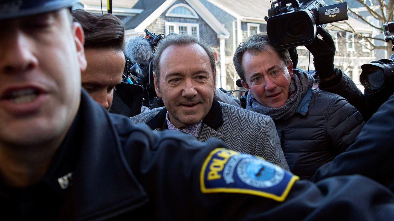 Kevin Spacey es escoltado por la policía a su llegada al tribunal de Nantucket. (EFE)