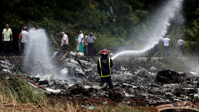 Foto: Bomberos y equipos de rescate trabajan en los restos del accidente del Boeing 737. (Reuters)