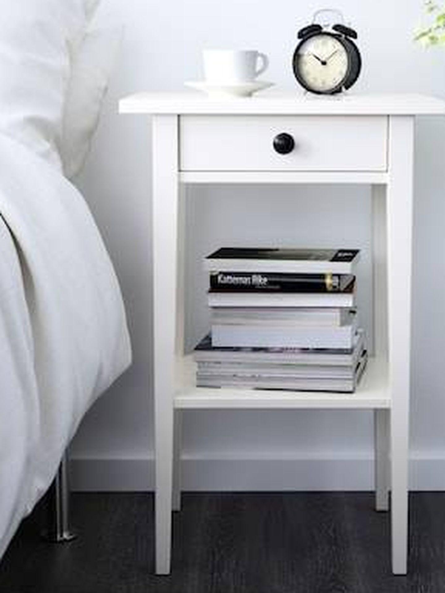 Mesa de noche Hemnes de Ikea. (Cortesía)