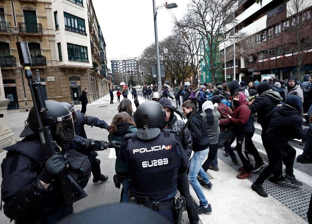 Foto: Incidentes entre la Policía Nacional y jóvenes junto al Parlamento de Navarra tras el desalojo del Palacio Marqués de Rozalejo. (EFE)