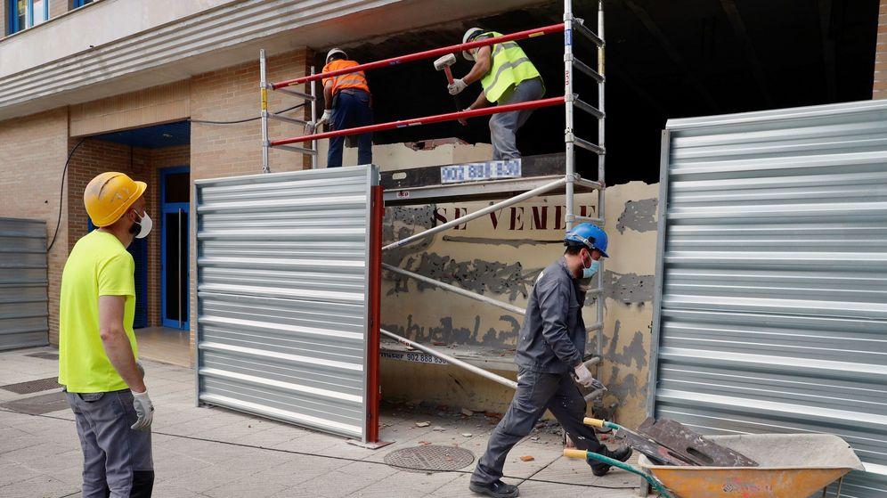 Foto:  Obreros trabajan en la reforma de un bajo comercial en Oviedo. (EFE)