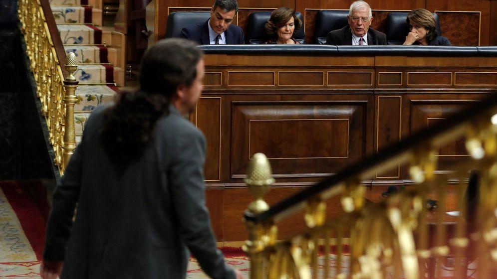 Foto: El líder de Unidas Podemos, Pablo Iglesias, pasa ante la hasta ahora ministra de Justicia, Dolores Delgado. (EFE)