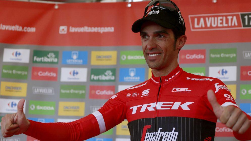 Foto: Alberto Contador celebra el podio su victoria de este sábado en el Angliru. (EFE)