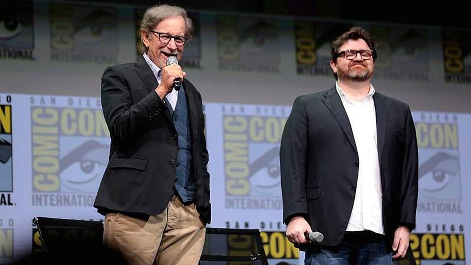 Foto: Steven Spielberg y Ernst Cline en la ComicCon de 2017 en San Diego. (Wikipedia)