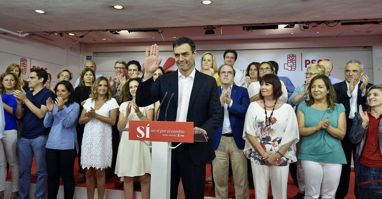 Foto: Pedro Sánchez, reunido de miembros de su ejecutiva y dirigentes, durante su comparecencia para analizar los resultados del 26-J en Ferraz. (EFE)