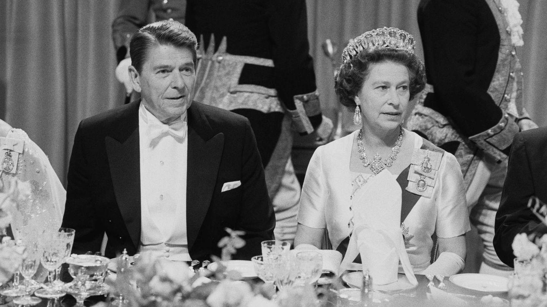 La reina Isabel y Ronald Reagan, en 1982. (Getty)