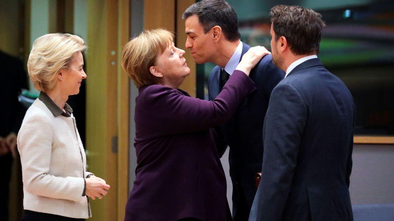 La canciller alemana saluda al presidente del Gobierno frente al primer ministro luxemburgués y la presidenta de la Comisión. (Reuters)