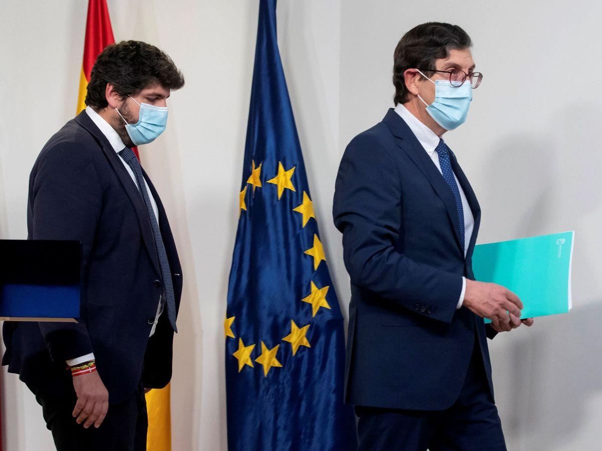 Foto: El presidente de Murcia, Fernando López Miras, y el ya exconsejero de Salud Manuel Villegas. (EFE)