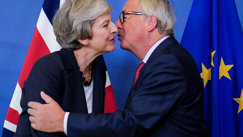 Theresa May saluda a Jean-Claude Juncker, presidente de la Comisión Europea. (EFE)