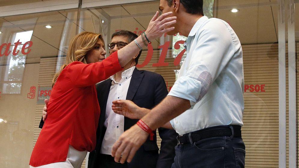 Foto: Los candidatos a la secretaría general del PSOE, Susana Díaz (i), Patxi López (c) y Pedro Sánchez (d), se saludan en la sede del partido. (EFE)