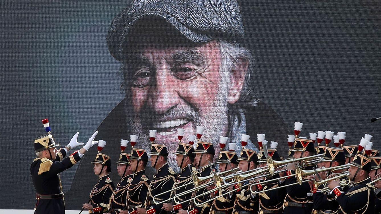En foto: Jean-Paul Belmondo recibe con honores de Estado el último adiós de los franceses