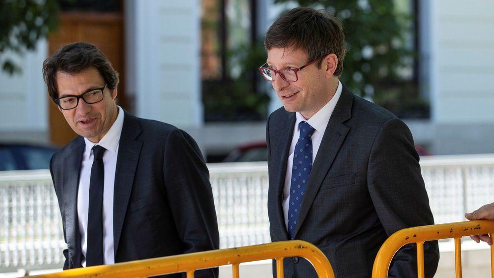 Foto: El 'exconseller' Carles Mundó junto a su abogado Josep Riba (i) en una imagen de archivo. (EFE)