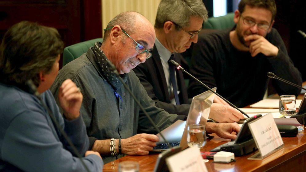 Foto: Lluís Llach (2i), nombrado nuevo presidente de la comisión de estudio del proceso constituyente. (EFE)