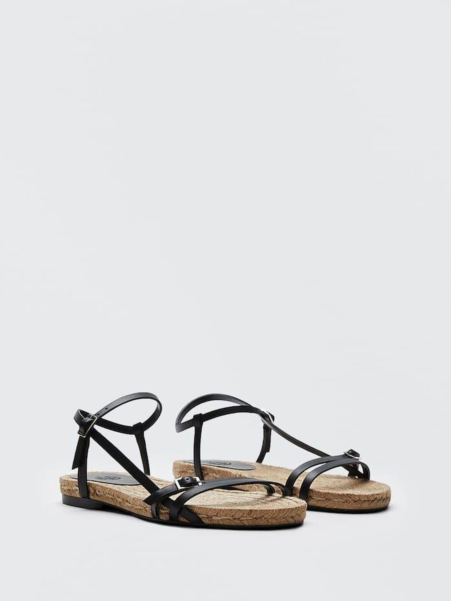 Sandalias negras de tiras de Massimo Dutti. (Cortesía)