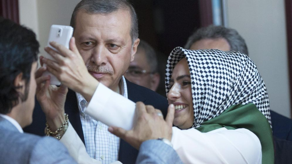 Foto: Una mujer se hace una foto con Erdogan durante la pasada jornada electoral (EFE)