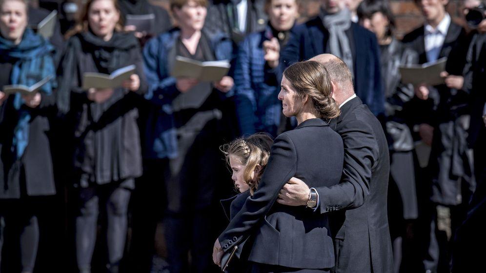 Foto: El matrimonio Povlsen, en el funeral de sus tres hijos. (Reuters)