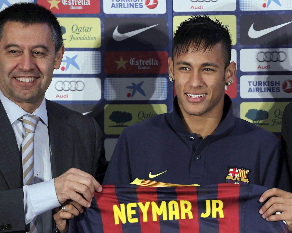 Foto: Josep Maria Bartomeu y Neymar da Silva júnior posan en la presentación del jugador en Barcelona. (EFE)