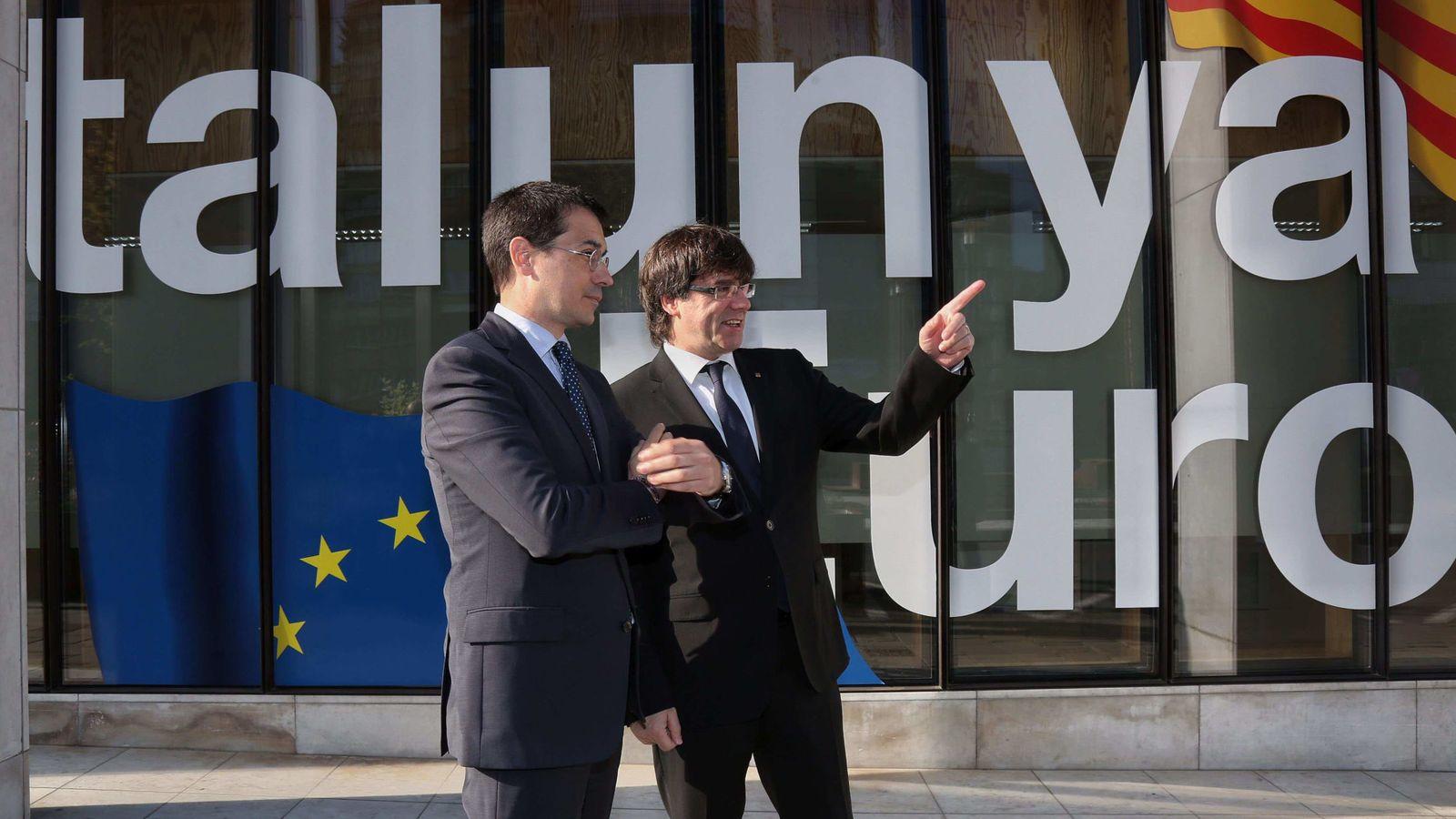 Foto: Carles Puigdemont (d), junto al Representante Permanente ante la Unión Europea, Amadeu Altafaj (i), en Bruselas. (EFE)