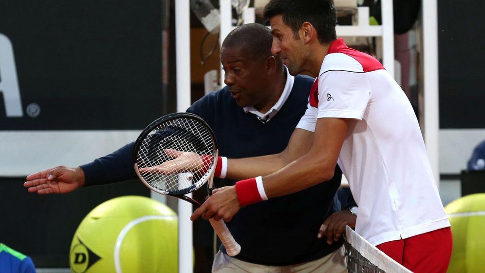 Foto: Djokovic discute una pelota a Carlos Bernardes. (Reuters)