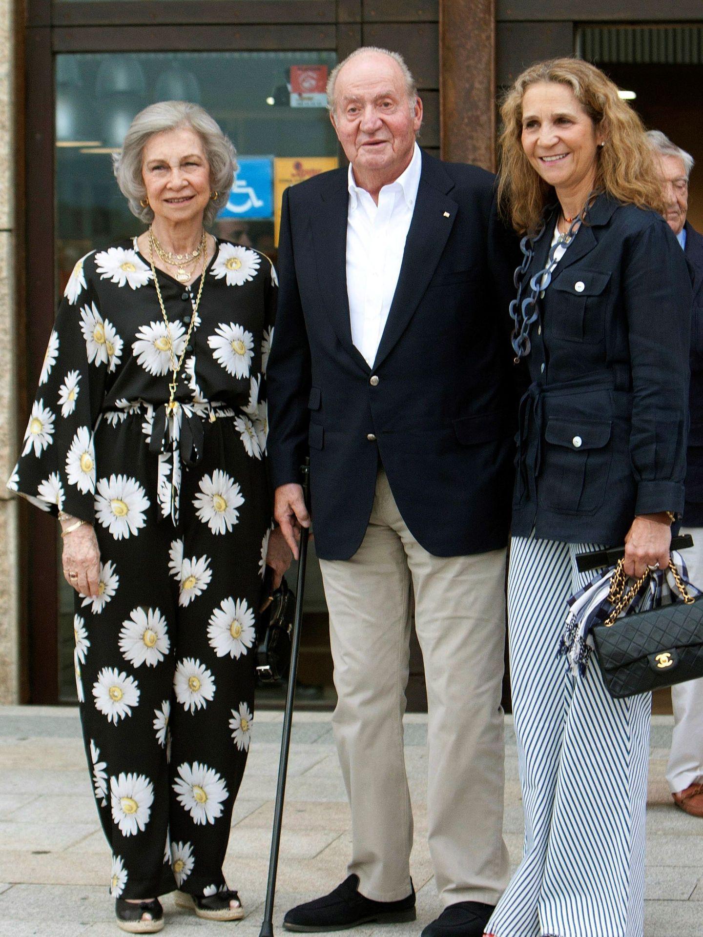 El rey Juan Carlos, con la infanta Elena y la reina Sofía, en 2019. (EFE)