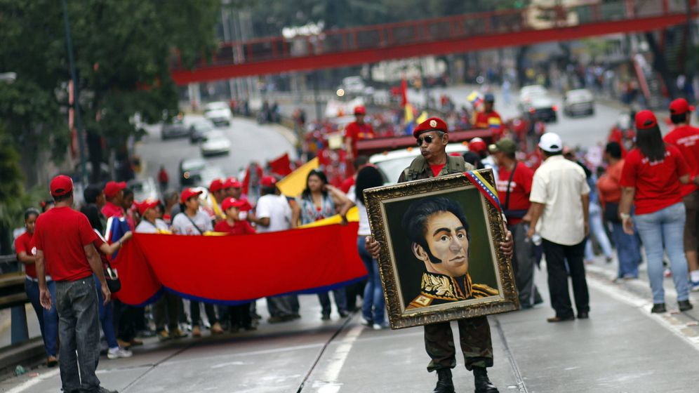 Foto: Venezolanos recuerdan en Caracas  55 años de democracia sosteniendo un retrato de Simón Bolivar. (Efe)