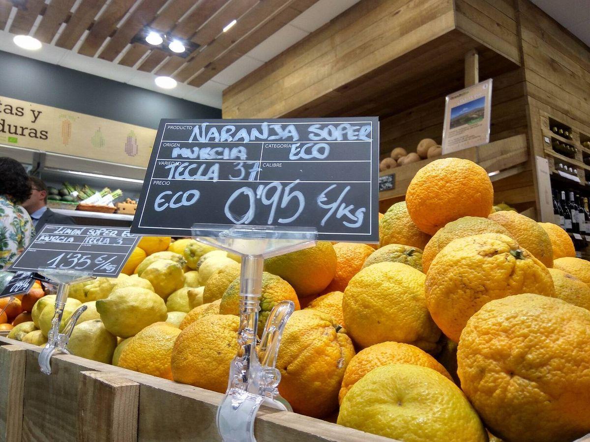 Foto: Naranjas ecológicas puestas a la venta en un mercado. EFE