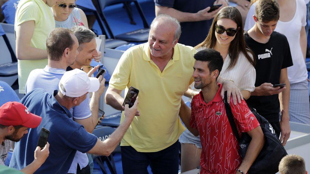 Foto: Djokovic, fotografiándose con el público del Adria Tour. (EFE)