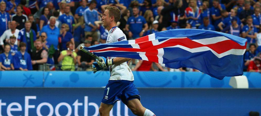 Foto: Hannes Thor Halldórsson, portero de Islandia, con la bandera de su país (EFE)
