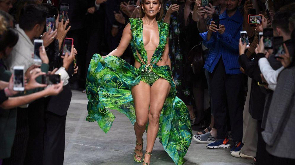 Foto: Jennifer Lopez hace historia cerrando el desfile de Versace (EFE)